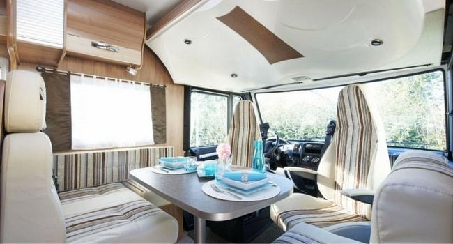 L'intérieur d'un camping-car intégral